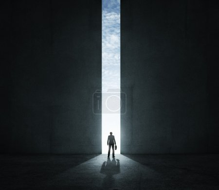 Photo pour Homme d'affaires solitaire, debout devant la porte de l'énorme - image libre de droit