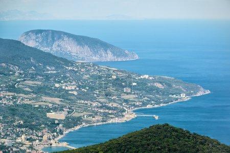 Photo pour Vue aérienne de la ville de Yalta depuis le mont Ai-Petri. Ayu-Dag, ou Bear Mountain, en arrière-plan. Paysage de la Crimée - image libre de droit