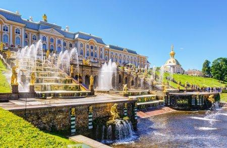 Photo pour Grand Cascade dans le palais de Peterhof. Saint Pétersbourg, Russie - image libre de droit