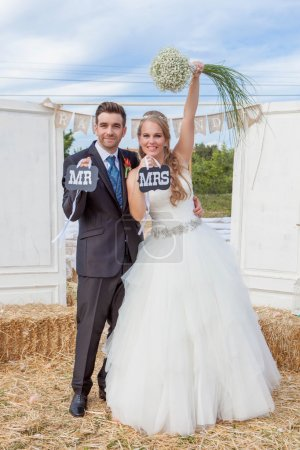 Photo pour Mariée heureuse et marié à la réception de mariage (toutes les décorations sont conçues et faites par moi-même et la décoration sur la robe de mariée a été modifiée numériquement - image libre de droit