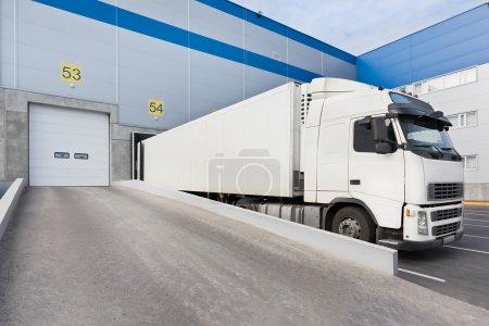 Photo pour Camion lors du chargement dans un grand entrepôt de distribution - image libre de droit
