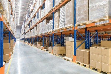 Photo pour Grand entrepôt de distribution. Intérieur . - image libre de droit