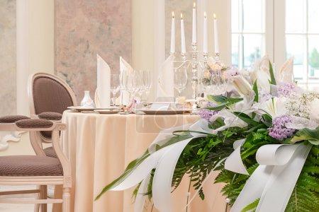 Photo pour Bouquet de fête sur la table pour un dîner de mariage romantique avec des bougies - image libre de droit