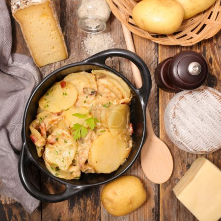 Photo pour Truffade, gastronomie français dans une casserole sur la table - image libre de droit