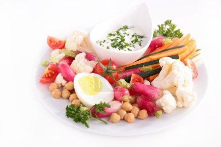 Photo pour Salade de légumes frais avec sauce, herbes et œufs isolés sur fond blanc - image libre de droit