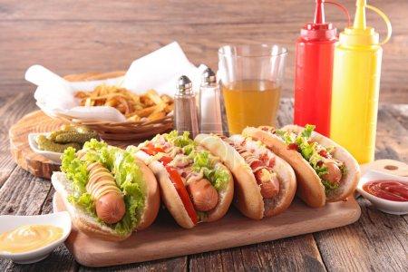 Photo pour Hot-Dog avec frites français sur table - image libre de droit