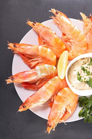 Photo pour Crevettes, fruits de mer et sauce, sur la table - image libre de droit