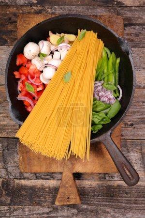 Photo pour Une casserole dans une casserole sur la table - image libre de droit