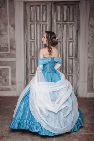Photo pour Belle jeune femme en robe longue médiévale bleue - image libre de droit
