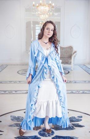 Photo pour Belle jeune femme en robe de chambre bleue à volants - image libre de droit