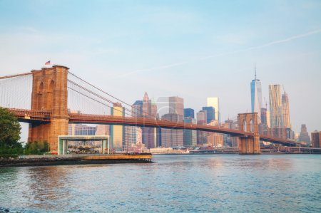 Photo pour Lower Manhattan vue urbaine avec le pont de Brooklyn - image libre de droit