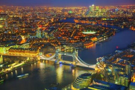 Photo pour Aperçu aérien de la ville de Londres avec le pont de la Tour à l'heure de la nuit - image libre de droit