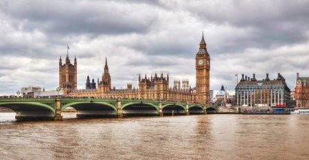 Photo pour Panorama de Londres avec la tour de l'horloge et les Houses of Parliament - image libre de droit