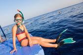 Aranyos lány víz maszk és úszás uszony