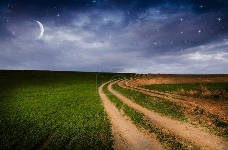 Photo pour Route rurale et ciel étoilé dans la nuit, fond nature - image libre de droit
