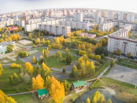 Photo pour Tyumen, Russie - 27 septembre 2014 : Antenne Découvre le petit temple en bois pour le saké de sacrées illuminé en terre russe. Parc dans le quartier résidentiel de la ville n ° 5 - image libre de droit