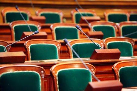 Photo pour Palais des congrès de vintage vide avec sièges et microphones. - image libre de droit