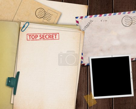 Photo pour Folder with TOP SECRET stamped across the front page and a blank photograph - image libre de droit