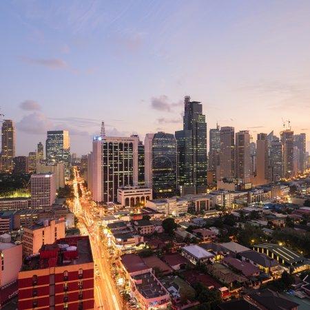Photo pour ELEVETED, vue de nuit de makati, le quartier des affaires de Manille de métro. - image libre de droit