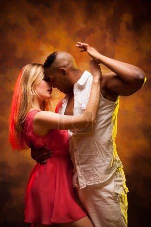 Photo pour Salsa des Caraïbes de danses jeune couple sexy - image libre de droit