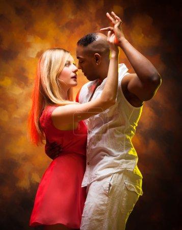 Photo pour Jeune et sexy couple danse Caraïbes Salsa - image libre de droit