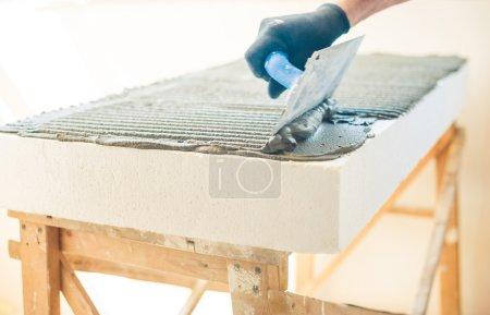 Foto de Espuma de plástico cubierta con cemento en la renovación del hogar - Imagen libre de derechos