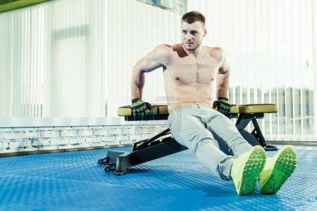 Photo pour Jeune homme en exercice sur l'équipement de gymnastique sport - image libre de droit