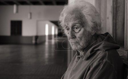 Photo pour Portrait d'un sans-abri solitaire homme âgé réfléchissant à sa vie - image libre de droit
