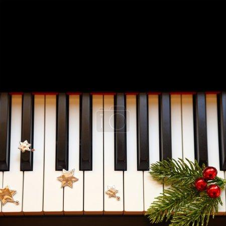 Photo pour Branche de Noël sur les touches du piano - image libre de droit