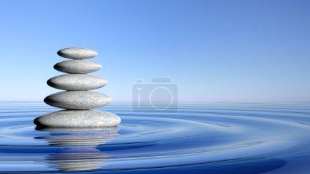Photo pour Pile de pierres zen du grand et petit dans l'eau avec des vagues circulaires et bleu ciel. - image libre de droit