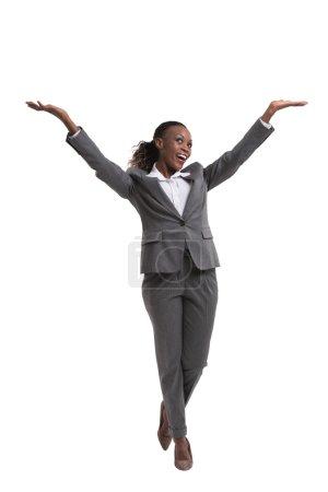 Photo pour Femme d'affaires africaine heureuse avec des mains soulevées d'isolement sur le fond blanc - image libre de droit