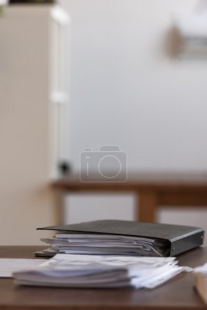 Photo pour Lieu de travail moderne de bureau d'affaires avec le dossier de documents - image libre de droit