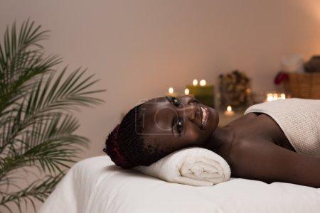 Photo pour Femme africaine de spa dans le salon de beauté détendant - image libre de droit
