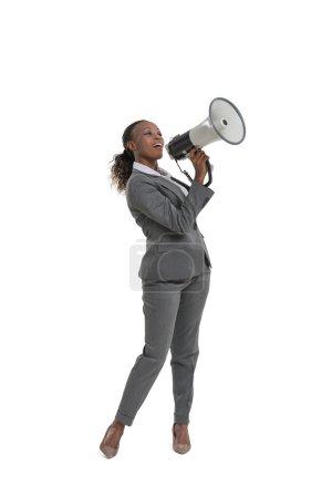 Photo pour Femme d'affaires afro-américaine tenant mégaphone isolé sur fond blanc - image libre de droit