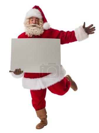 Photo pour Père Noël tenant le panneau vierge de l'espace de copie. Portrait pleine longueur isolé sur fond blanc - image libre de droit