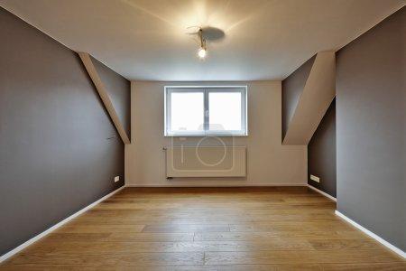 Photo pour Intérieur de la maison avec beaux planchers de bois chauds - légers sur - image libre de droit