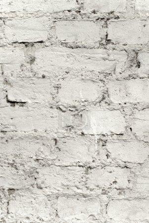 Photo pour Un vieux mur de briques peint peint en blanc grunge - image libre de droit
