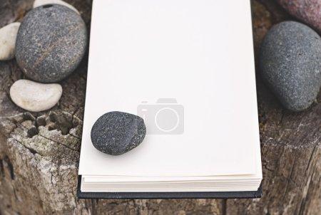 Photo pour Carnet de croquis, pierres sur bois patiné, mock up - image libre de droit