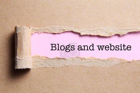 Photo pour Papier déchiré avec blogs texte et site web ouvert - image libre de droit