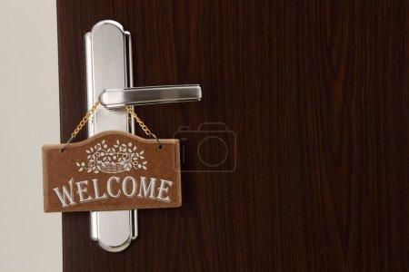 Photo pour Signe de bienvenue porte sur la poignée de porte - image libre de droit