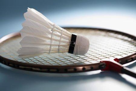 Photo pour Gros plan de la raquette et du volant pour badminton sur fond bleu - image libre de droit