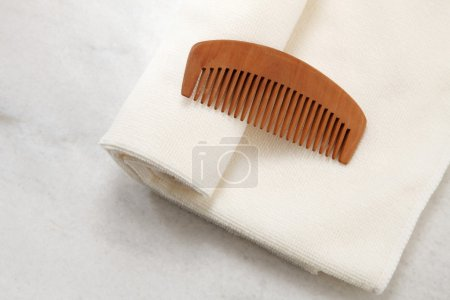 Photo pour Peigne et serviette sur la table - image libre de droit