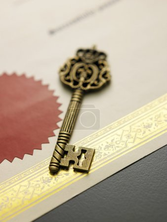 Photo pour Ancienne clé sur le certificat, gros plan - image libre de droit
