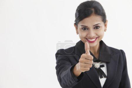 Photo pour Formel asiatique entreprise femme avec pouces vers le haut - image libre de droit