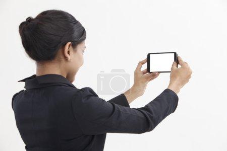 Photo pour Femme d'affaires côté vue Autoportrait avec téléphone intelligent - image libre de droit
