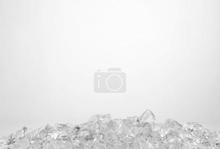Photo pour Glaçons froids humides sur le fond blanc - image libre de droit