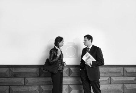 Foto de Italy, business people talking in a corporate office - Imagen libre de derechos