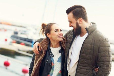 Photo pour Photo de jeune couple traînant en ville - image libre de droit