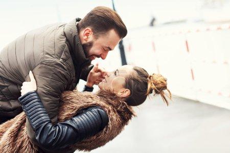 Photo pour Image de jeune couple s'amusant en ville - image libre de droit