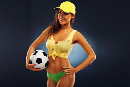 Foto de Una foto de fan mujer feliz brindando con fútbol - Imagen libre de derechos